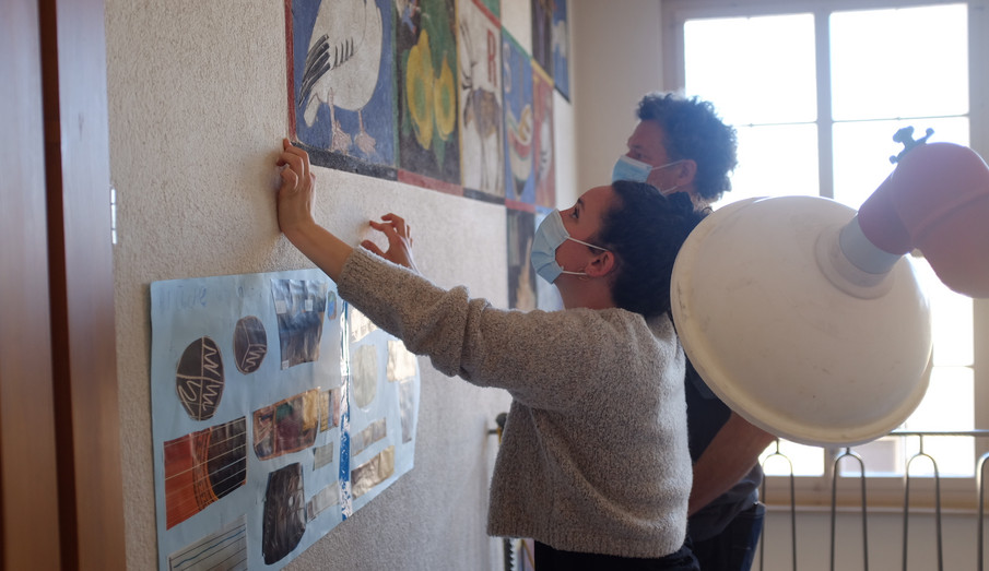 Die Fachpersonen Tobias Hotz (Konservator / Restaurator) und Alicia Ledergerber (Studierende Master Konservierung und Restaurierung HKB) beurteilen die Maltechnik des Wandbildes. (Foto: Vera Ryser)