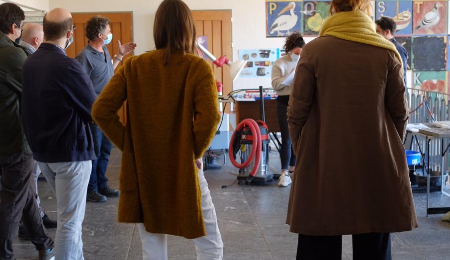 Tobias Hotz erläutert dem Projektteam, Mitarbeitenden des Bernischen Historischen Museums und dem Schulleiter Erkenntnisse aus der Sondierungsbohrung. (Foto: Vera Ryser)