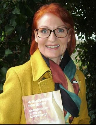 Portrait mit Buch.png
