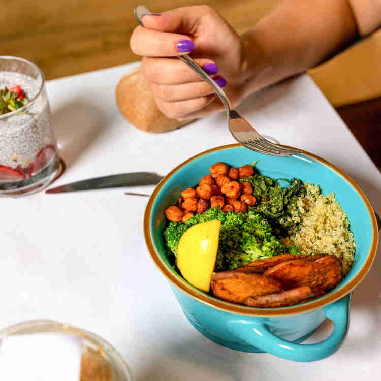 Gekochtes Gemüse und Getreide in Bowl