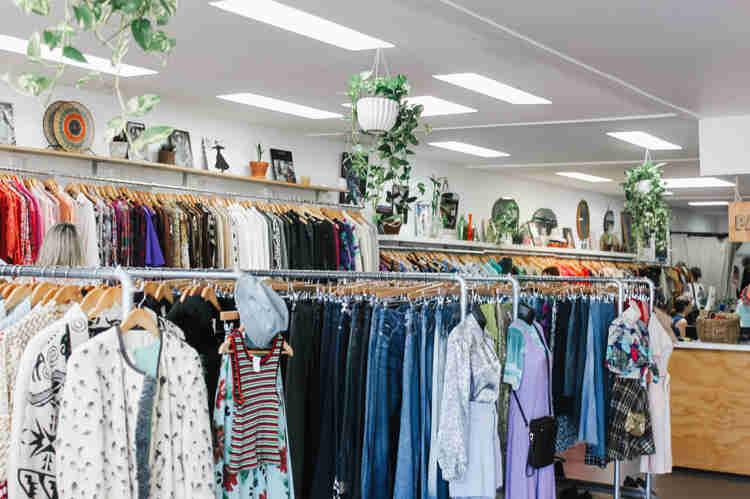 Second-Hand-Laden mit Kleidern