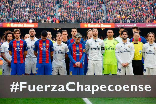 Jogadores do Barcelona e Real Madrid prestando suas homenagens às vítimas do acidente que aconteceu com time da Chapecoense em 2016 Foto:AFP/Divulgação