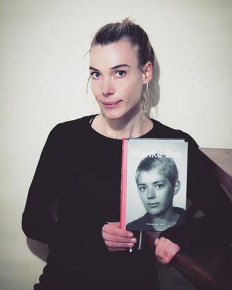 Auteur Diederiekje Bok met het eerste boek.