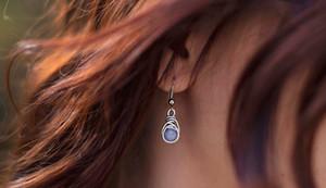 La délicieuse Ariadni Casca porte les petites boucles d'oreilles ~Vakra~ sous l'objectif de Laura Sauvage