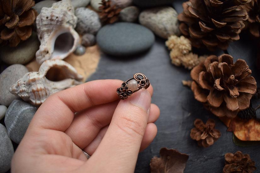 Bague ~Au Fil des Fleurs~ Perle de Pierre de Lune rosée & Cuivre Patiné