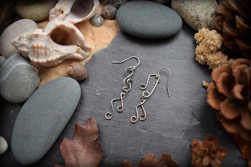 Boucles d'oreilles asymétriques ~Mélodie~ Silver Filled Patiné à la main
