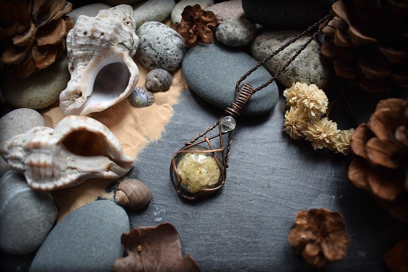 Pendentif Artisanal en Résine & plantes séchées, cuivre patiné