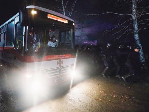 Ucranianos lanzan piedras a evacuados por coronavirus
