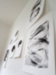 Valérie Brulev, artiste contemporain, dessins au fusain sur le mur de l'atelierfusains