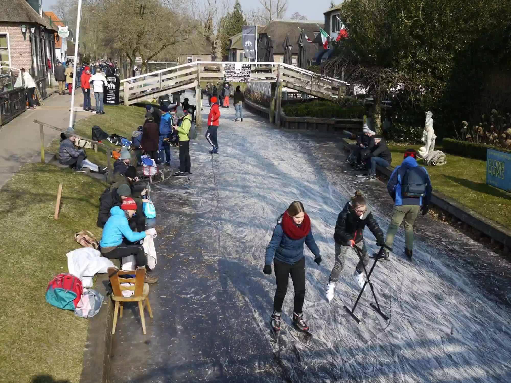 【冬令冰上羊角村⛸️⛸️】 把握住冷氣團帶來的結冰效應, 在冷,把自己綁一綁,還是要出門溜冰。 頂著零下3~5溫度低溫,可以站在河上拍照, 機會非常難得.... 記得,上一次是2012年。