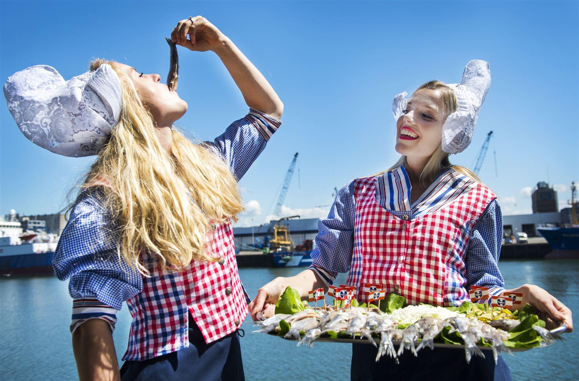 荷蘭第一人氣路邊攤 倒掛金鉤吃Haring