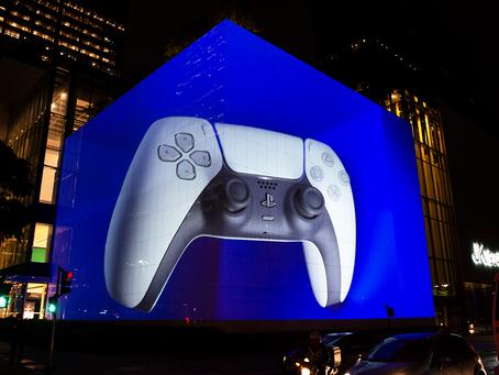 O mundo celebra a chegada do novo console PlayStation 5