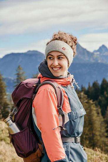 Junge Frau mit wärmendem Alpaka Stirnband