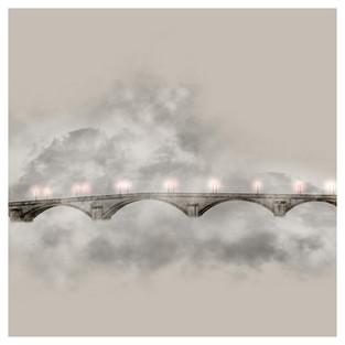 Aquel puente soñaba con su reflejo en el río… y el río estaba seco.