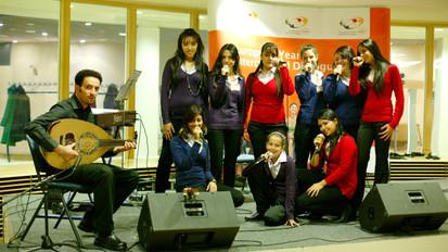 עם מקהלת הנוער קולות השלום ברשת ג'