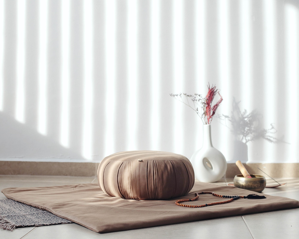 almofada de meditação zafu, redonda e com pregas, tapete acolchoado embaixo da almofada, sino tibetando e baqueta.