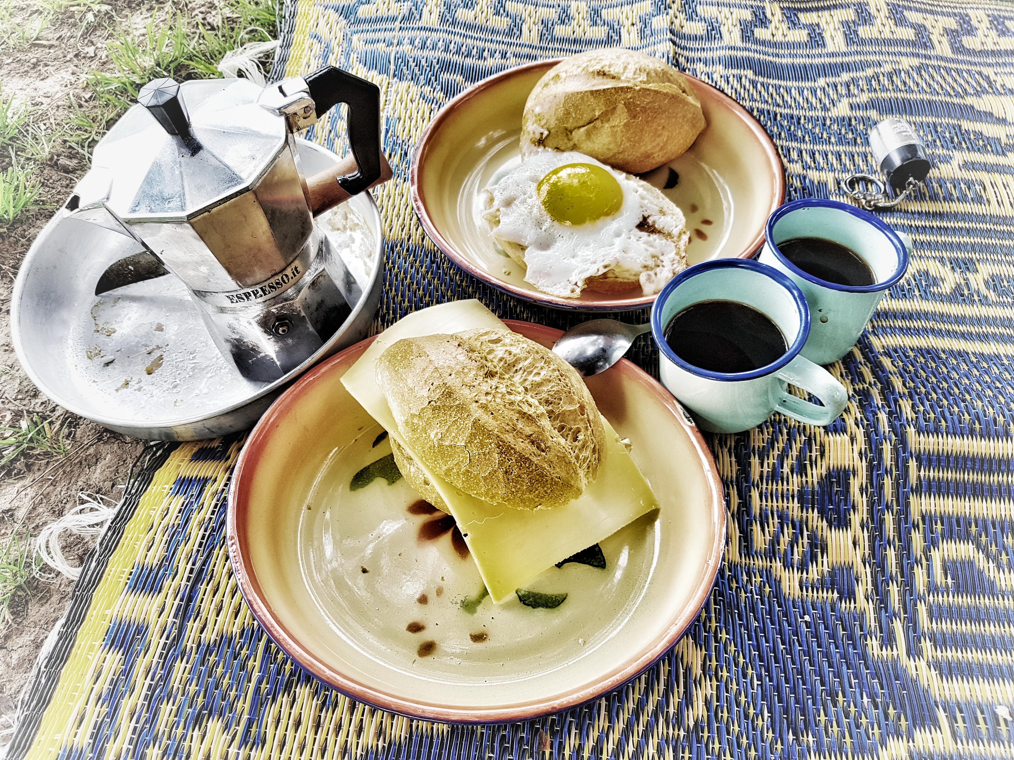 Frühstück in Deutschland am Rhein auf Radreise von Rane + Patrick