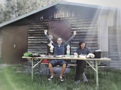 Frühstück vor einer Schutzhütte .