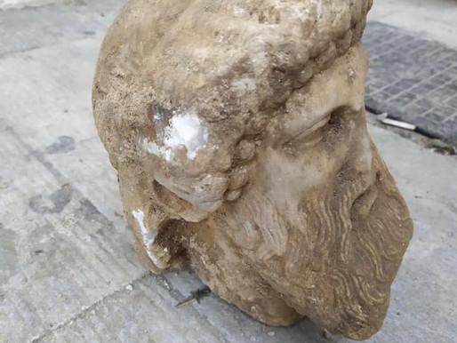 """Η αρχαία κεφαλή της οδού Αιόλου και ο ακρωτηριασμός των """"Ερμών"""""""