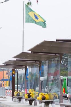 Operários constroem faixa de ônibus