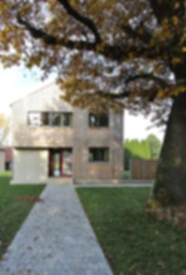 Architekt Nürnberg, Architekt Fürth, Architekt Erlangen, Architekt Neuendettelsau, Architekt Einfamilienhaus, Architekt Holzbau, Lärchenholzfassade, Satteldach, überdachter Eingangsbereich, Volker Schmidt Architekten