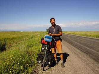 Pedaleando las estepas de Kazajístan.