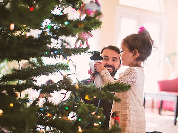 クリスマスツリーを飾る父と娘