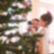 Père et fille décoration arbre de Noël