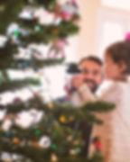 Vader en dochter versieren kerstboom