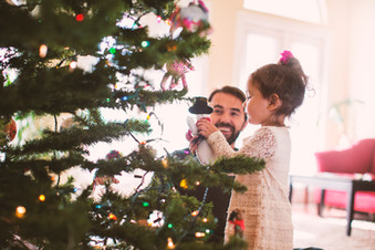 Padre e figlia decorare l'albero di Nata