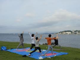 work@(ワークアット)   宍道湖畔でのマインドフルネスアクティビティ(ヨガ・瞑想)の風景