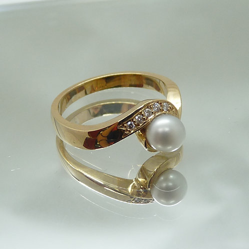 9ct Gold Keshi & Diamond Ring