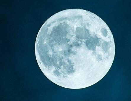 お月さまと飛行機、どっちが速い?