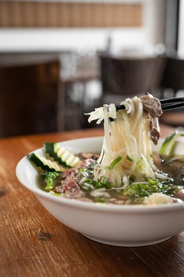 Phở spécial (poulet grillé, bœuf et légumes)