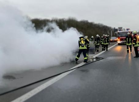 Pkw-Brand im Autobahnkreuz Meerbusch