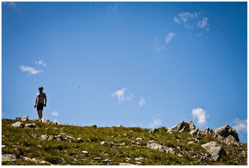 Rennradfahrer auf dem Bergkamm, Mont Blang Gebirge