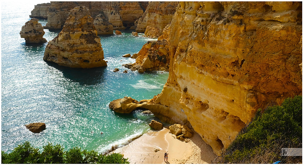 Algarve, Touristen zeigen nach oben, Klippen, türkises Meer
