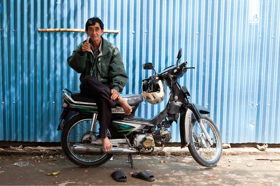 Salz auf Reisen, Thumbs up, Daumen hoch auf dem Moped in Jakarta