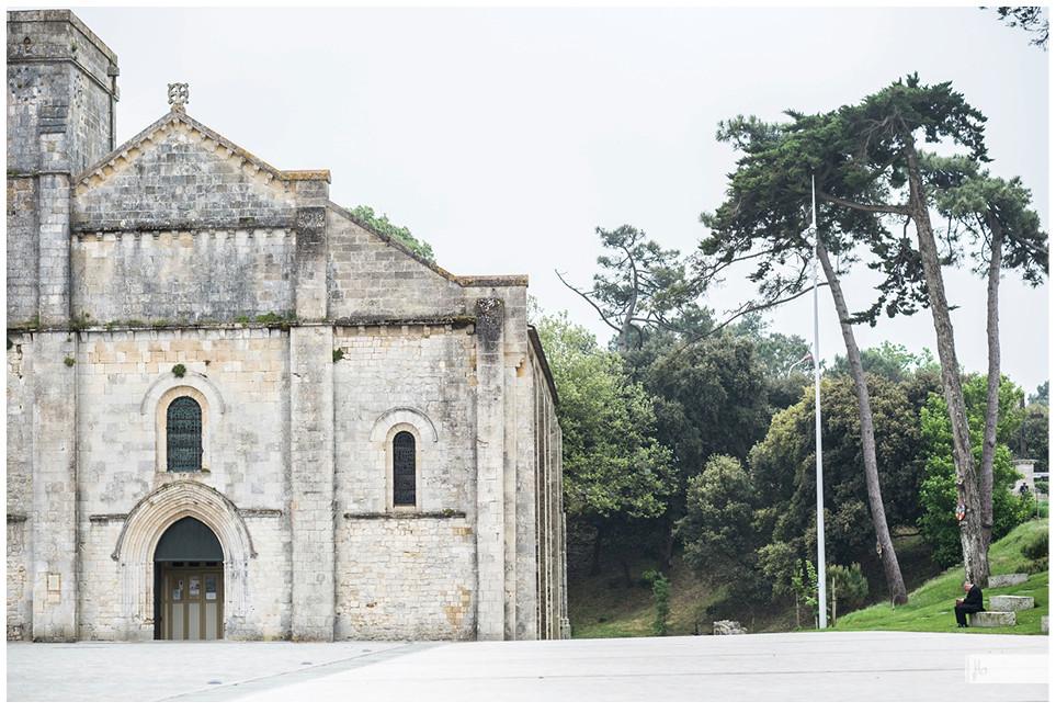 Soulac sur Mer, Mann sitzt auf Bank vor Kirche