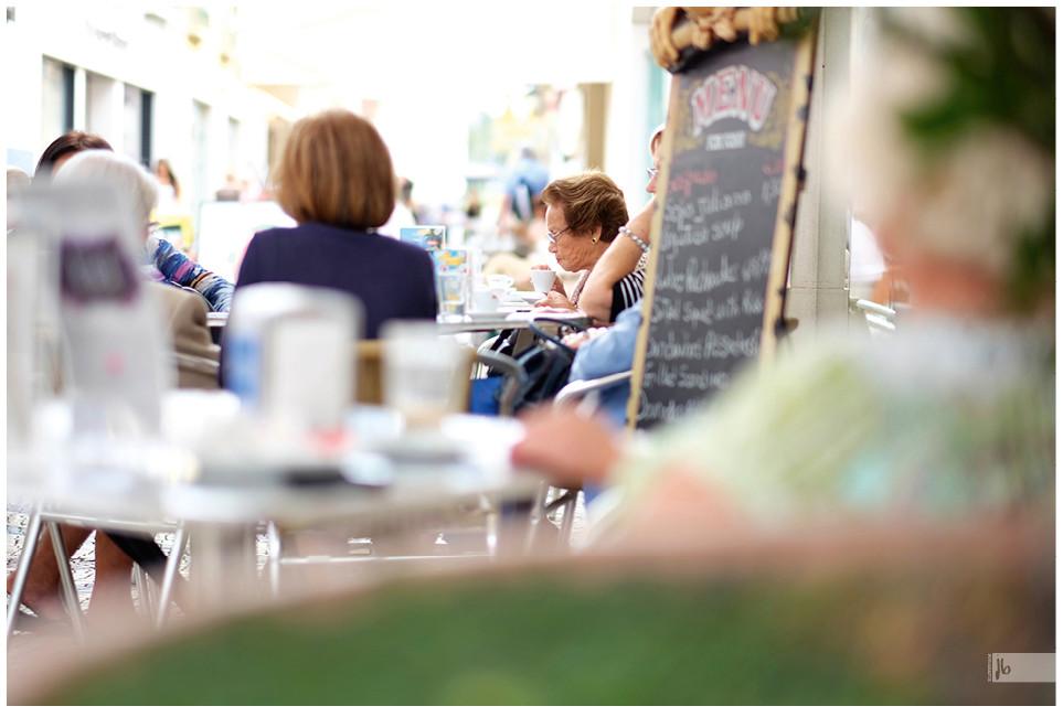 Salz auf Reisen, alte Frau im Café, Portugal, Faro, Algarve