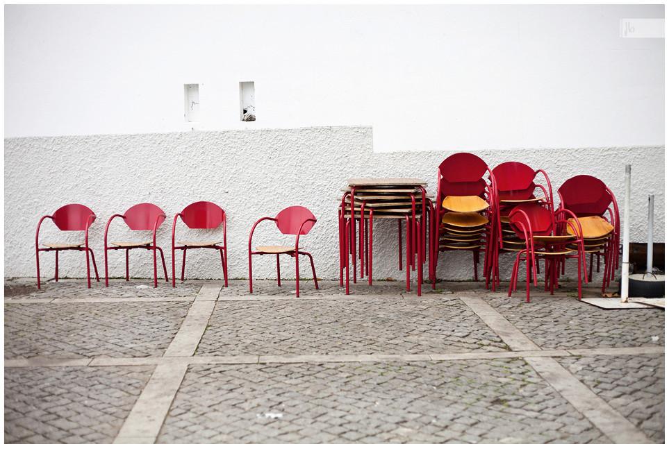 Nebensaison, Stühle, rote Stühle, Wand, Pflaster, Porto, Portugal