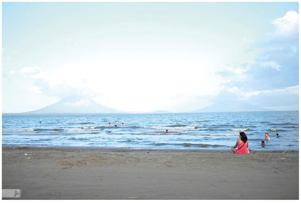 Volcán Concepción Lago Nicaragua, Frau sitzt am Strand, See