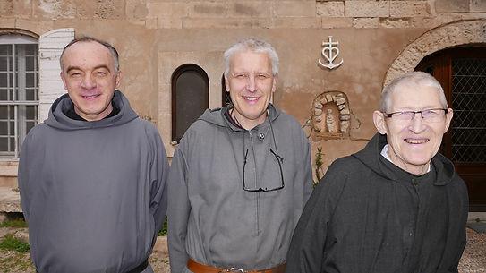 De Gauche à Droite : Frère Joseph , frère hôtelier,responsable de l'accueil, Père Serge LOMMEL, maître des novices, Prère Henri QUENTEL, père-prieur.