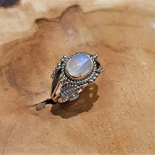 Rainbow moonstone leaves and berries fantasy ring silver lange zilveren ring met regenboog-maansteen