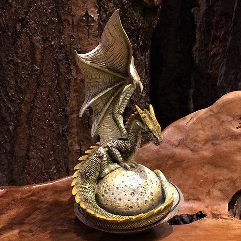 Dragon on green planet saturn saturnus draak op planeet beeld figurine