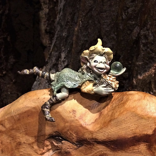 pixie witch edge sitter gnome troll kabouter over rand zitten