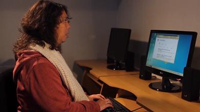 Usuario manejando un computador