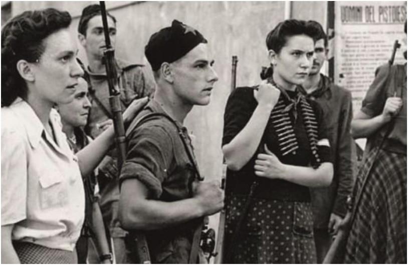 Grupo de Partigiani que incluía homens e mulheres