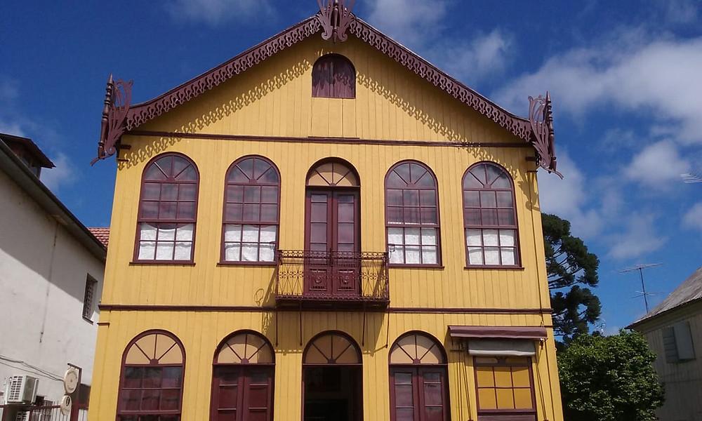 casa antiga amarela e bordô com arquitetura italiana