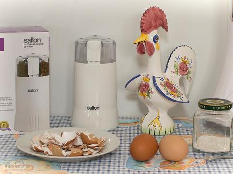 Coffee grinder for eggshells